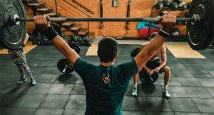 Lee más sobre el artículo Levantamientos de hombros en CrossFit, ¿qué tipos hay?